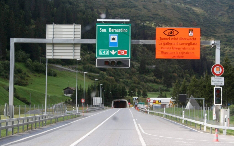 Student Movers are passing through the Tunnel Einfahrt